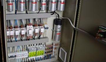 Compensarea energiei reactive: baterii de condensatoare comandate în regim automat cu regulator, cu microprocessor